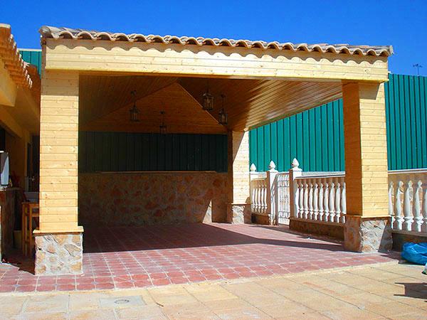 Caprinteria para jardin. Un porche instalado por nuestra empresa